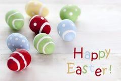 Många färgrika påskägg med lycklig påsk för engelsk text Royaltyfri Foto