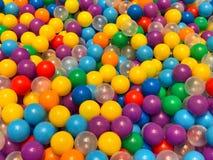 Många färgrika plast-bollar i lekplatsen Arkivbild