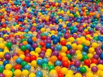 Många färgrika plast-bollar i lekplatsen Royaltyfria Foton