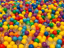 Många färgrika plast-bollar i lekplatsen Arkivfoton