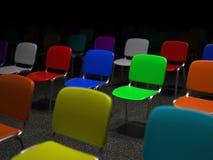 Många färgrika stolar som står i ett raster Royaltyfri Bild