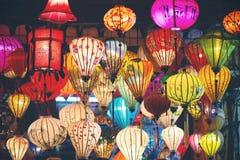 Många färgrika upplysta lyktor i Vietnam fotografering för bildbyråer