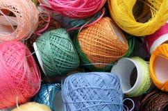 Många färgtråd Arkivfoto