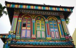 Många fönster av huset i lilla Indien, Singapore Arkivbilder