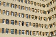 Många fönster av sjukhusfasaden Royaltyfri Bild