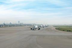 Många förbereder sig flygplanet tar av från landningsbanan i flygplats Royaltyfri Fotografi