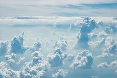 Många fördunklar i blå himmel, sikt från flygplanet Royaltyfri Bild