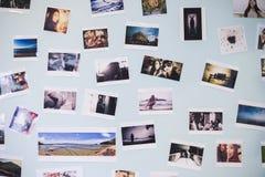 Många föreställer ögonblick av ett par av förälskelse dekorerar på en blå pastellfärgad vägginre, dagsljus, selektiv fokus arkivbild