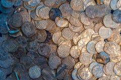 Många försilvrar gammal medeltida norrman mynt arkivfoton