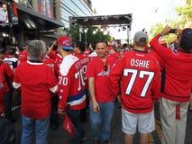 Många fans som bär Washington Capitals T skjortor Arkivbild