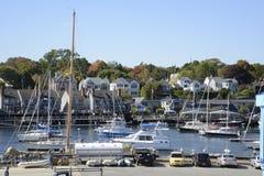 Många fartyg i hamnen i Camden, Maine Arkivbild