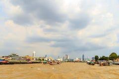 Många fartyg på Chao Phraya River på den Wat Pho riverfrontlandmaen Royaltyfri Foto