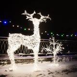 Många festliga ljuslampor i Shape hjortar i festlig belysning för aftonnatt arkivfoto
