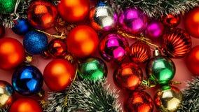 Många festliga mångfärgade dekorativa bollar royaltyfria bilder