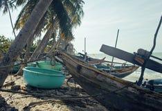 Många fishermensfartyg på havet för seacoastsoluppgånghorisont Royaltyfria Bilder