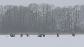 Många fiskare fiskar lies russia transbaikalia för fiskfiskeis bara blockerade vinter stock video