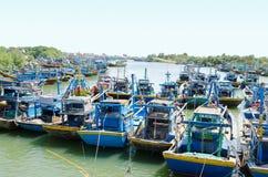 Många fiskebåtar på flodport i Vietnam Royaltyfria Bilder