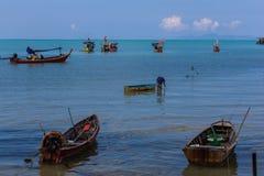 Många fiskebåtar parkerar i havet i den Samui ön, Suratthani, Thailand arkivbild