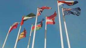 Många flaggor av olika länder, flaggaklaff i vinden långsam rörelse stock video