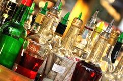 Många flaskor av alkohol Arkivfoto