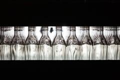 Många flaskor på transportbandet i glasbruk royaltyfri bild