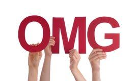 Många folkhänder som rymmer det röda raka ordet OMG Arkivbild