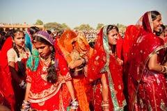 Många framsidor av indiska kvinnor i den färgrika folkmassan Royaltyfri Fotografi