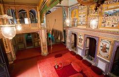 Många freskomålningar inom herrgården av den indiska familjen Fotografering för Bildbyråer
