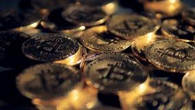 Många fysiska bitcoins under unfocused ljus som visas i detalj stock video