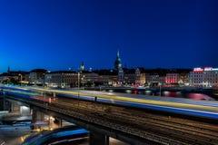 Många gångtunneldrev som framme förbigår av stan ` för `-gamla i Stockholm Royaltyfria Foton