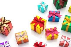 Många gåvor på vit bakgrund med kopieringsavstånd. Royaltyfri Fotografi