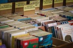 Många gamla böcker i en bok shoppar Royaltyfri Bild