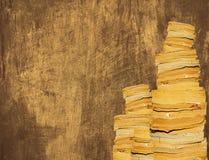 Många gamla böcker med brun wood textur Royaltyfri Foto