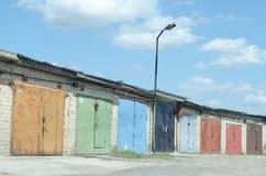 Många gamla garage med målade dörrar royaltyfri fotografi