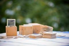 Många gamla glidbanor på tabellen i trädgård Arkivfoto