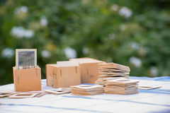 Många gamla glidbanor på tabellen i trädgård Arkivfoton