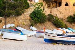 Många gamla små fartyg på den sandiga stranden Ridit ut och Arkivfoton