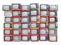 Många gamla tappningtelevisioner traver upp isolerat på vit backgroun Arkivbild