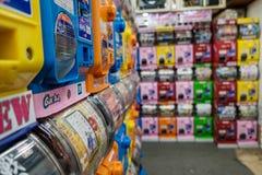 Många Gashapon leksakvaruautomater på lager av det Akihabara området royaltyfri fotografi