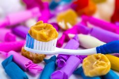 Många godisar och ny tandborste på tabellen Arkivfoton
