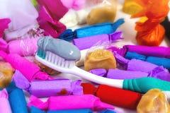 Många godisar och växt- tandkräm på tabellen Royaltyfria Foton