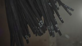 Många grupper av elektriska trådar som klibbar ut ur väggen lager videofilmer