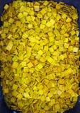 Många gul fyrkantig mosaiksten royaltyfria bilder