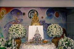 Många guld- Buddhastatyer på meditationplattformen bakom är royaltyfri foto