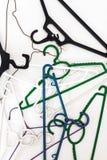 Många hängare av olika former och färger, bästa sikt, vitbac Royaltyfri Bild