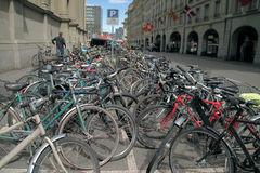 Många härliga cyklar i parkeringsplatsen arkivbild