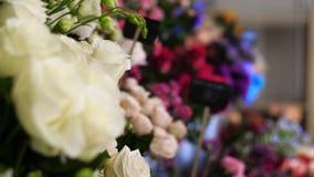 Många härliga feriebuketter av olika blommor i en blomsterhandel är klart till salu Priset av buketten är skriftligt på pet arkivfilmer