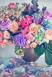 Många härliga nya rosa rosor på en tabell royaltyfria bilder