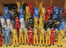 Många hästar handgjord målad trästatyett, leksaker royaltyfria foton