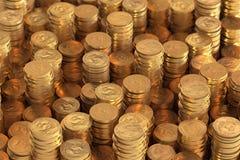 Många högar av en US-dollar myntar Royaltyfri Bild